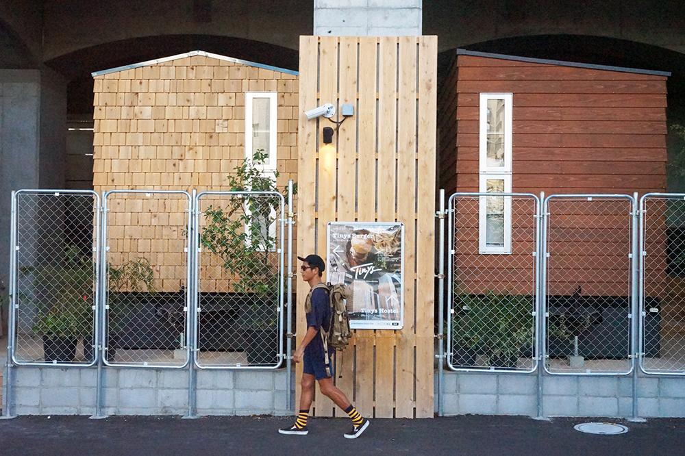 京急線路高架下の空きスペースにタイニーハウスを活用した宿泊施設。Tokyo Hostel Guide – 016 –  Tinys Yokohama Hinodecho
